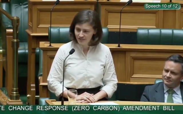 Chính trị gia anh hùng chặn đứng Heckler với 'OK Boomer' trong bài phát biểu về khí hậu ở New Zealand