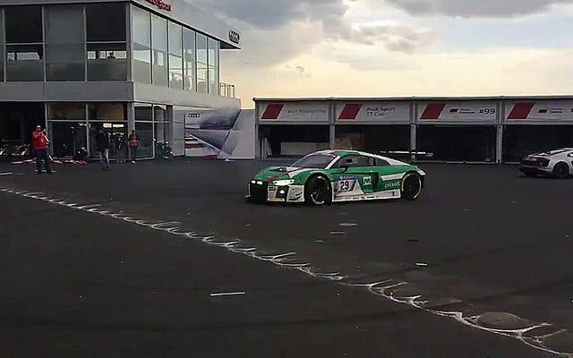 एक ऑडी R8 LMS रेस कार अपने ही टायर में खो रही है धुआँ नीचे शानदार है