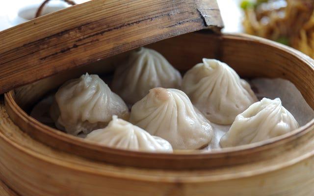 La forma correcta de comer xiao long bao, las albóndigas de sopa más magníficas del mundo
