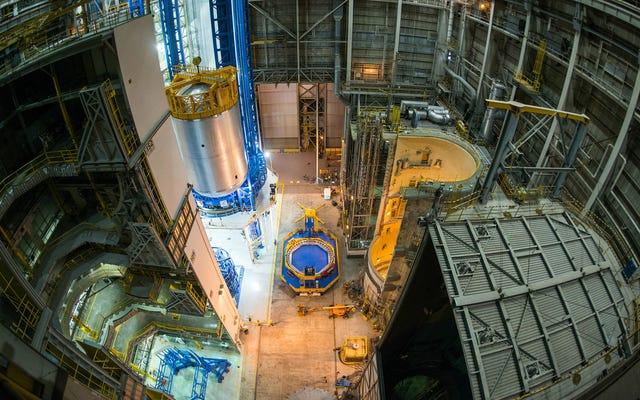 これは、NASAが宇宙の深さに到達するために使用する巨大な燃料タンクです