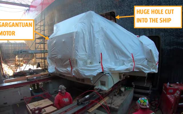 沿岸警備隊が最大の船に切り込んだ巨大な穴に新しいモーターを取り付けるのを見る