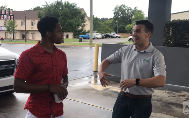 Determinato studente universitario ha camminato per 20 miglia per un nuovo lavoro, quindi il suo capo gli ha dato un'auto