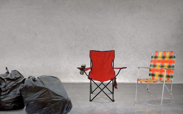 ห้องล็อกเกอร์ของผู้หญิง NCAA มีถุงขยะหลวม ๆ เพียง 3 ใบถัดจากเก้าอี้สนามหญ้าคู่