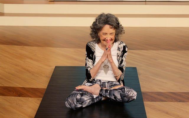 98-летняя «Йогалебрити» Тао Порчон-Линч никогда не пьет воду, но точно любит свое вино