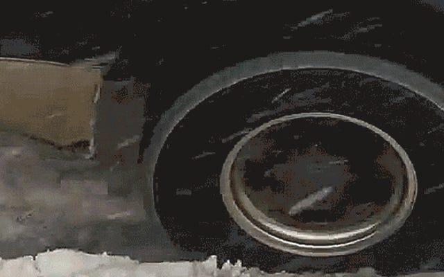 इस बर्फीले हाइवे पर डीजल से चलने वाले पिकअप ट्रक ने बड़ी टक्कर मारी