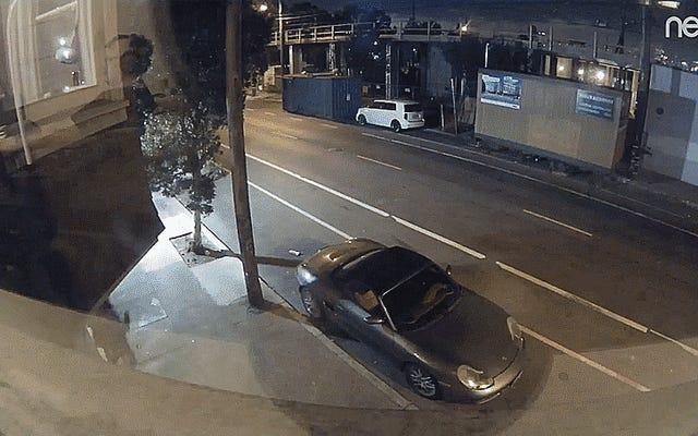 通りに駐車したポルシェを凹ませているビデオで捕らえられたつまずきの嫌いな人