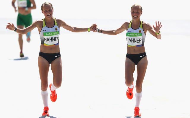 オリンピックのドイツの双子は、手をつないでフィニッシュラインを越えるために自国でローストされます
