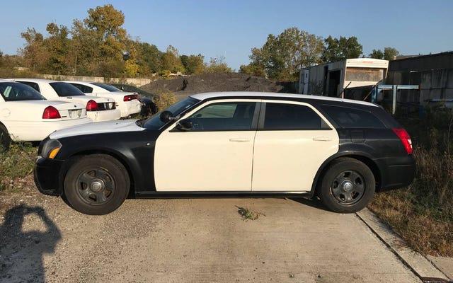 Với giá 3.500 đô la, bạn có đồng ý mua chiếc xe cảnh sát cũ Dodge Magnum 2007 này không?