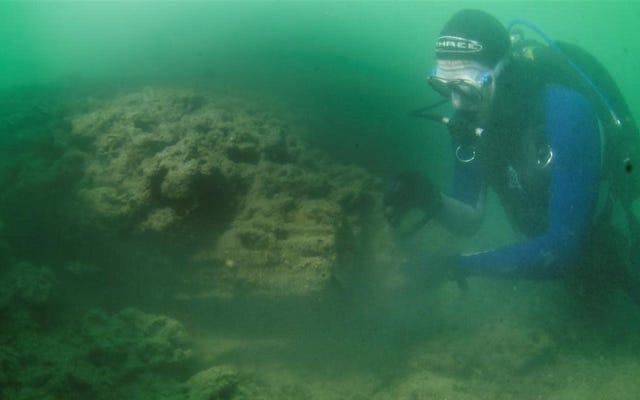 海洋考古学者が石器時代から水中の木造建築物を明らかに