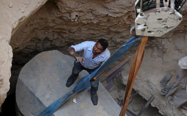 Ribuan orang meminta untuk minum dari cairan yang ditemukan di dalam sarkofagus hitam besar di Alexandria