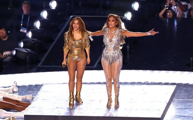 Shakira e Jennifer Lopez hanno giocato con i loro punti di forza in un solido Super Bowl Halftime Show