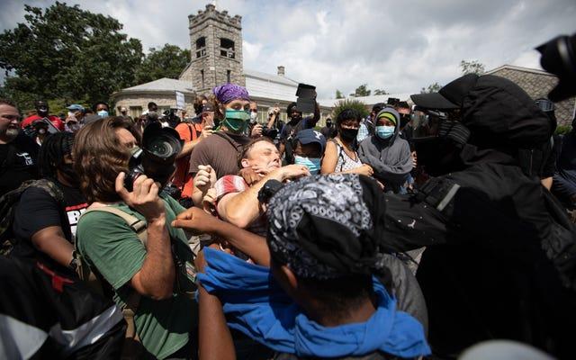 Silahlı Beyaz Üstünlükler ve Karşı Protestocular, Michigan ve Georgia'da Polis Beklemesi Olarak Şiddetle Çatışıyor