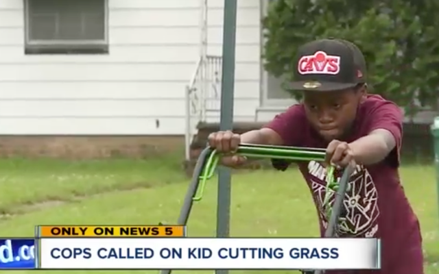 12歳の芝刈り機で警察に通報した白人カップルは、「脅迫された」と感じたため、7月4日に再び警察に通報しました。