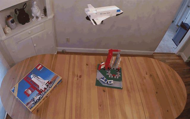 Un ingegnere aerospaziale fantasioso ha trasformato questo classico Space Shuttle Lego in un giocattolo volante