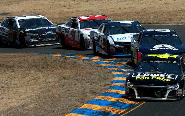 NASCAR की टीमों ने यह भी पता लगाया कि विंडशील्ड वाइपर पर नियमों को कैसे मोड़ें