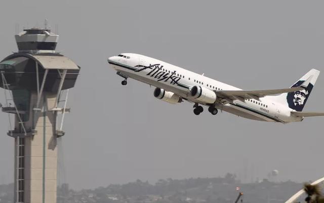 Alaska Airlines a fait bouger un couple de même sexe pour qu'un couple hétéro puisse s'asseoir ensemble