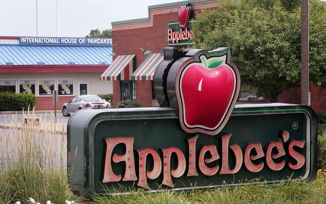L'employée d'Applebee pense qu'elle a été licenciée pour avoir expulsé des racistes du restaurant