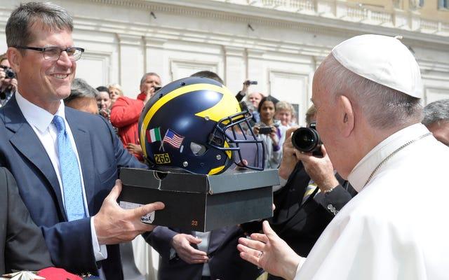 पोप फ्रांसिस ने जिम हार्बॉ से कुछ प्यारी नई किक हासिल की
