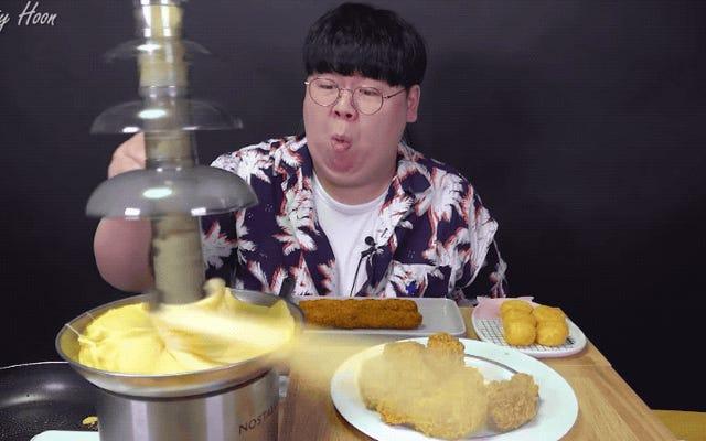 男はオッズに逆らい、チキンとチーズを楽しむ方法を理解する