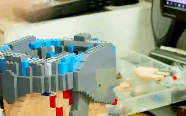Guardare i Lego Master Builders realizzare questa statua di Thor: Ragnarok a grandezza naturale è assolutamente affascinante