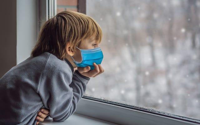 パンデミックの中でも、子供たちは雪の日に値する