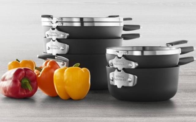 Giữ cho nồi và chảo của bạn ngăn nắp với Bộ đồ dùng nấu ăn 11 món tiết kiệm không gian Calphalon này