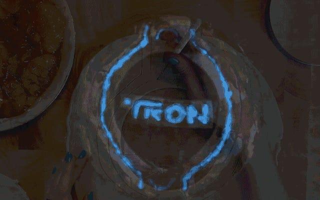एक खाद्य TRON पाई कैसे बनाएं जो वास्तव में चमकती है