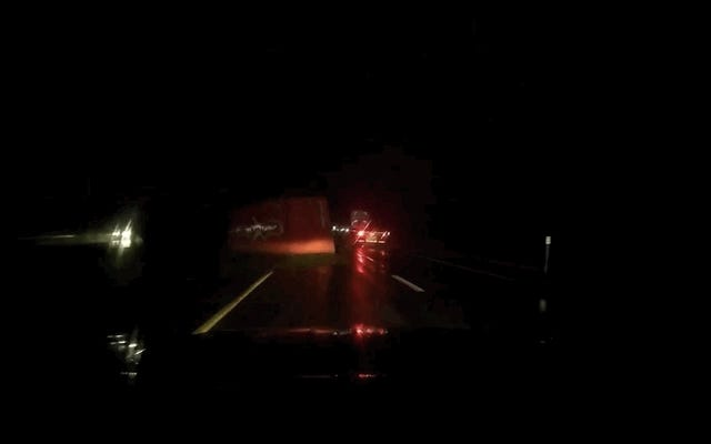 18-Wheeler Memukul Dua Jalan Lewat Jalan Raya Sebelum Kehilangan Kargo