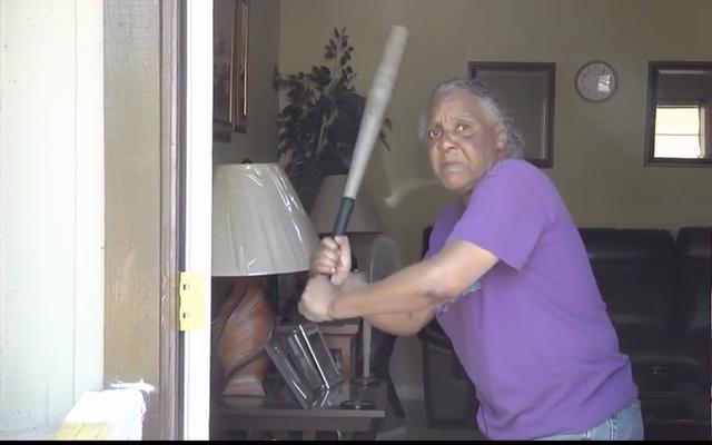 おっとあなたの頭を逆さまに:65歳の女性(そして彼女のコウモリ)はBurglarにビジネスを与えます