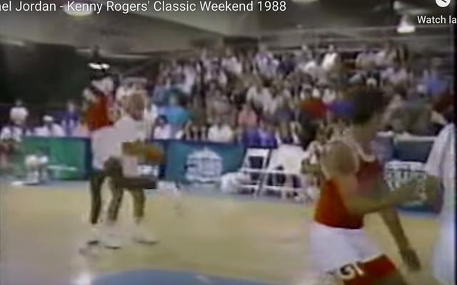 मैं हमेशा केनी रोजर्स को उनके सबसे महत्वपूर्ण कार्य के लिए याद करूंगा: माइकल जॉर्डन को जर्क की तरह दिखना