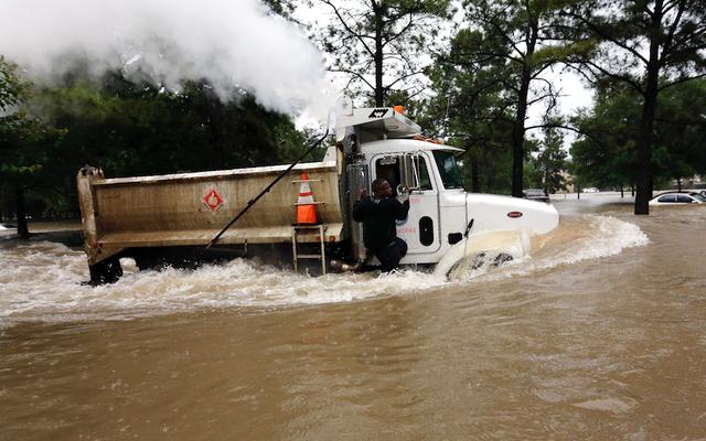 Houston vient de connaître son jour de pluie le plus intense de tous les temps - et il pleut encore plus