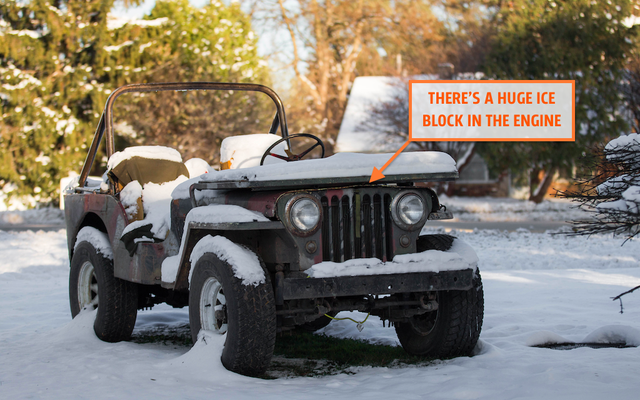 J'essaie de sauver mon moteur Jeep de la Seconde Guerre mondiale après l'avoir rempli d'un énorme bloc de glace