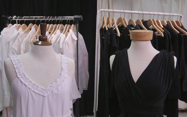 黒または白の服を長持ちさせるために洗う最良の方法