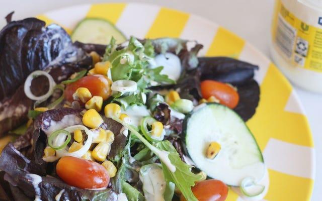 Przygotuj sos sałatkowy z prawie pustym słoikiem Mayo