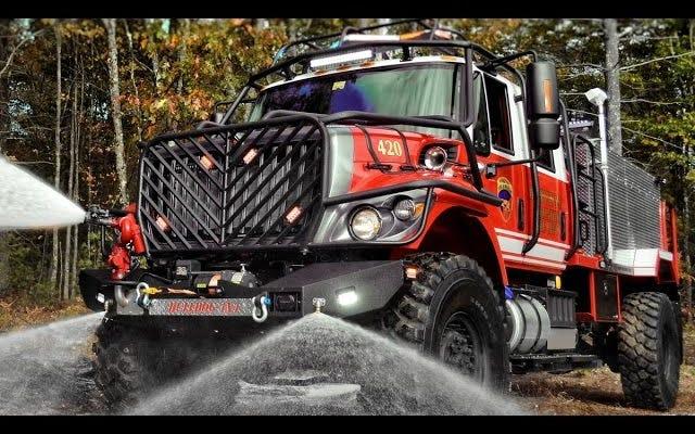 Sie brauchen keine Entschuldigung, um dieses Offroad-Feuerwehrauto in Aktion zu sehen