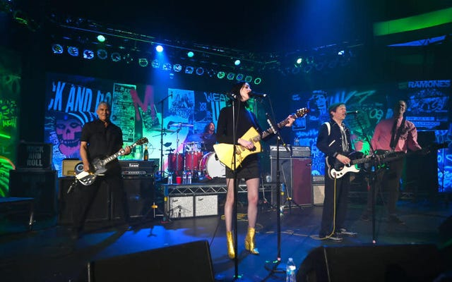 Nirvana bersatu kembali untuk pertunjukan yang menampilkan putri St. Vincent, Beck, dan Dave Grohl