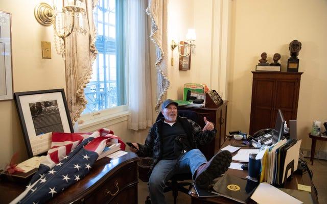 Uomo fotografato seduto nell'ufficio di Nancy Pelosi arrestato e in custodia dell'FBI; Ora concentriamoci su quanto è stupido