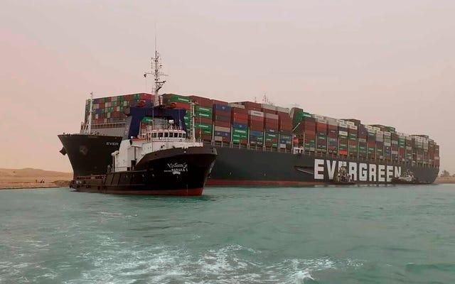 行き詰まったスエズ運河のボートは石油価格を上げました、なぜならそれは石油の人々だからです
