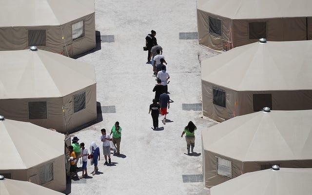 La administración Trump envía a más niños migrantes a una ciudad de carpas 'inhumana' en Texas