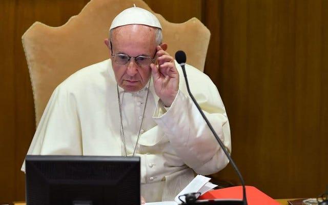 バチカンは現在、教皇フランシスコのインスタグラムが女性のお尻の写真をどのように気に入ったかを調査しています