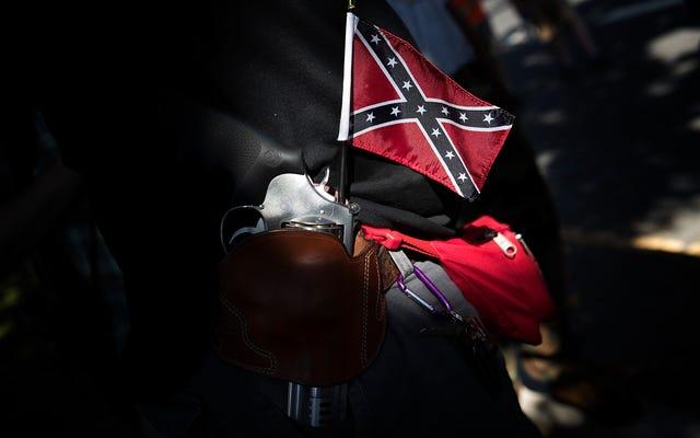 カリフォルニア州のティーンは南軍の旗のスウェットシャツを学校に着ています。学生が彼を人種差別主義者と呼んだ後、母親は不平を言う