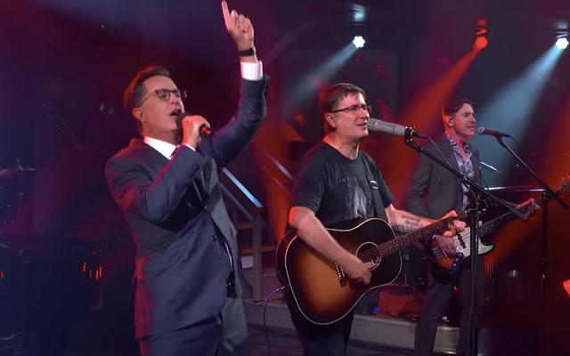 """Saksikan Stephen Colbert berhasil melewati """"Tahun Ini"""" dengan The Mountain Goats"""