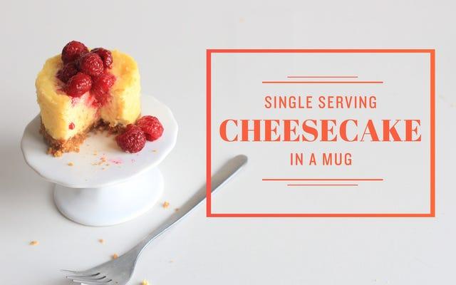 Prepara una mini cheesecake decadente nel microonde con una tazza