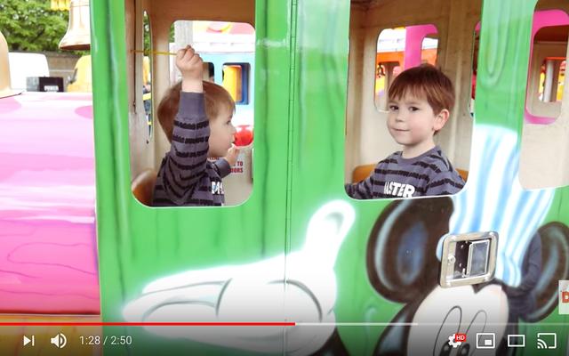 あなたの気になる子供がYoutubeビデオでイベントの準備をするのを手伝ってください
