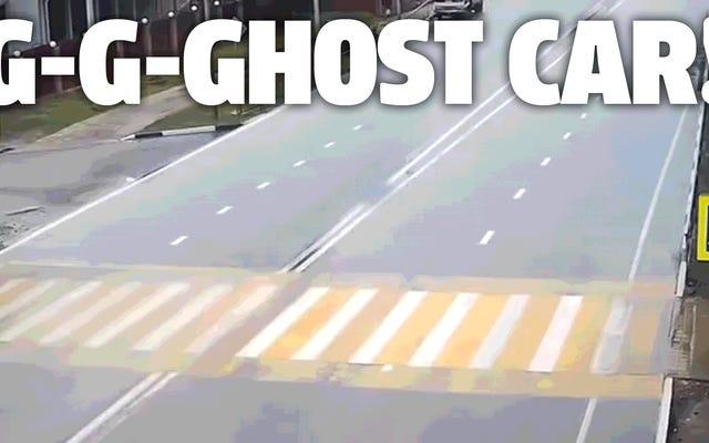 車の1つが削除された自動車事故のビデオのこの編集は非常に不気味です