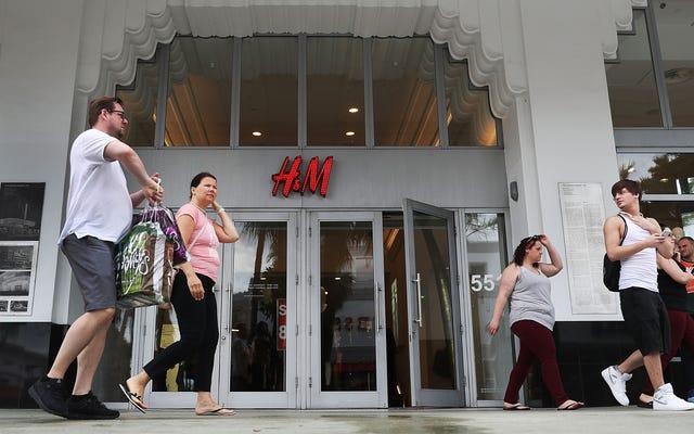 """H&M assume il """"leader della diversità"""" dopo la reazione globale alla felpa con cappuccio della scimmia razzista"""
