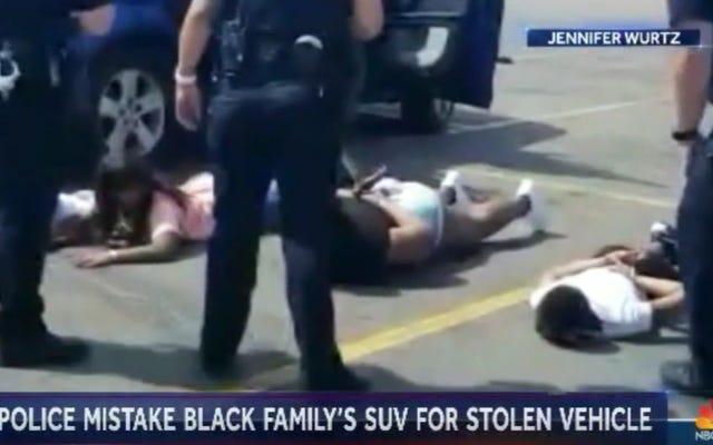 Familia negra que fue esposada después de ser sospechosa injustamente de viajar en vehículo robado demanda a la policía de Aurora, Colorado