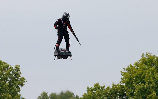 L'inventore francese porta il fucile mentre vola su flyboard a turbina alle celebrazioni del giorno della presa della Bastiglia