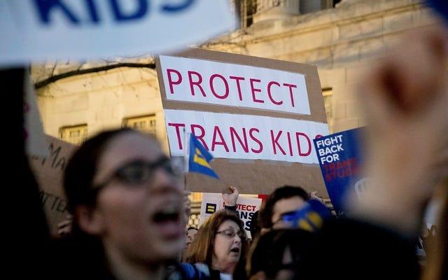 Administracja Trumpa wprowadza federalne środki ochrony dla osób transpłciowych w łazienkach