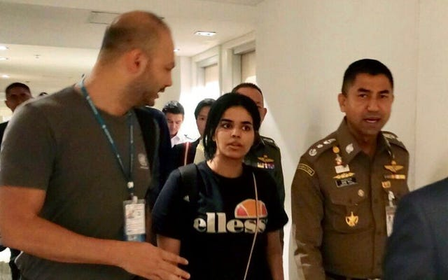 難民として認められたタイの空港ホテルの部屋に閉じ込められたサウジアラビアのティーン